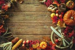Fondo del otoño de las hojas y de las frutas caidas con el pla del vintage Fotos de archivo libres de regalías