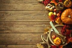 Fondo del otoño de las hojas y de las frutas caidas con el pla del vintage Imagen de archivo