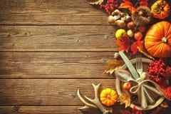 Fondo del otoño de las hojas y de las frutas caidas con el pla del vintage Fotografía de archivo libre de regalías