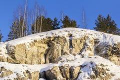 Fondo del paesaggio di inverno sulla caverna di ghiaccio di Kungur del fianco di una montagna Immagine Stock Libera da Diritti