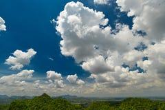 Fondo del paesaggio e del cielo blu Fotografie Stock