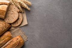 Fondo del pane con grano, pane croccante aromatico con i grani, spazio della copia Vista superiore immagini stock libere da diritti
