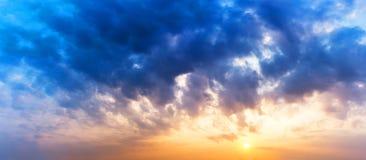 Fondo del panorama de la salida del sol en el cielo crepuscular y nubes coloridas en la mañana Foto de archivo libre de regalías