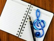 Fondo del papel en blanco con la nota de la música Imagen de archivo libre de regalías