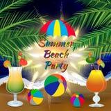 Fondo del partito della spiaggia di estate con i rami della palma, i beach ball, l'ombrello ed i vetri di cocktail ghiacciati Fotografie Stock Libere da Diritti