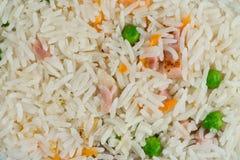 Fondo del pasto Il piatto orientale del riso con carne mista, l'uovo sodo, ortaggi freschi gradisce i piselli e la carota Aliment Fotografia Stock