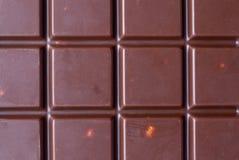 Fondo del primer del chocolate Barras de chocolate de la célula con las almendras Imagen de archivo