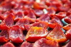 Fondo del primo piano dei pomodori rossi che si asciugano all'aperto al sole Fotografie Stock Libere da Diritti