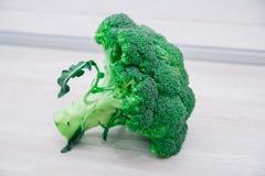 Fondo del primo piano fresco delle teste del cavolfiore e dei broccoli sulla superficie di legno di colore chiaro fotografia stock