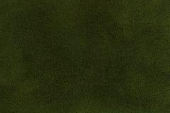 Fondo del primo piano verde scuro del tessuto della pelle scamosciata Struttura opaca del velluto del tessuto verde oliva del nub Immagine Stock Libera da Diritti