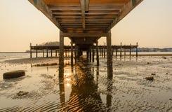 fondo del puente de madera y de la puesta del sol imagenes de archivo
