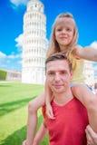 Fondo del retrato de la familia la torre de aprendizaje en Pisa Pisa - viaje a los lugares famosos en Europa Foto de archivo