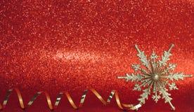 Fondo del rojo de la Navidad Decoración del Año Nuevo, copo de nieve de oro imagen de archivo libre de regalías