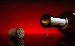 Fondo del rojo del movimiento de la botella del tapón del vino del descenso Foto de archivo libre de regalías