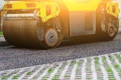 Fondo del rullo dell'asfalto che impila e preme l'asfalto caldo Macchina di riparazione della strada immagini stock libere da diritti