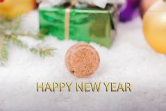 Fondo del `s del Año Nuevo Corcho del champán en la nieve en el fondo de las decoraciones de la Navidad Imagen de archivo