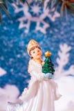 Fondo del ` s del Año Nuevo en un fondo de un juguete de la doncella de la nieve del árbol del Año Nuevo Fotografía de archivo