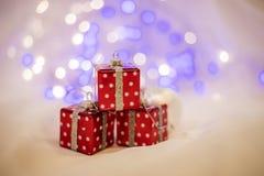 Fondo del ` s del Año Nuevo en un escritorio blanco adornado con los presentes Fotos de archivo libres de regalías