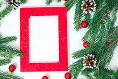 Fondo del `s del Año Nuevo Joyería de la Navidad en las ramas del abeto, esferas del oro, guirnaldas, una estrella grande del oro foto de archivo
