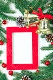 Fondo del `s del Año Nuevo Joyería de la Navidad en ramas del abeto, esferas del oro, guirnaldas y un marco rojo para una foto o  imágenes de archivo libres de regalías