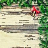 Fondo del `s del Año Nuevo Ramas mullidas de un árbol de navidad y de una campana de la Navidad Fotos de archivo libres de regalías