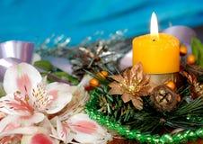 Fondo del ` s de la Navidad o del Año Nuevo Nueva vela de la Navidad en un bea Imagen de archivo libre de regalías