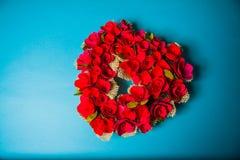 Fondo del ` s de la tarjeta del día de San Valentín con los corazones de madera Fotografía de archivo libre de regalías
