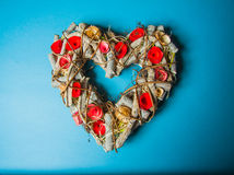 Fondo del ` s de la tarjeta del día de San Valentín con los corazones de madera Imagen de archivo libre de regalías