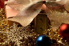 Fondo del ` s del nuovo anno con l'orologio Fotografie Stock Libere da Diritti