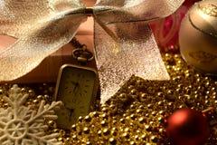 Fondo del ` s del nuovo anno con l'orologio ed i giocattoli Fotografia Stock Libera da Diritti