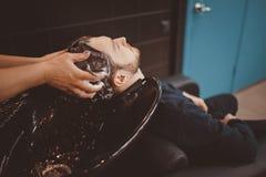 Fondo del salone di capelli per gli uomini, negozio di barbiere immagine stock