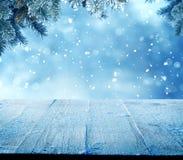 Fondo del saludo de la Feliz Navidad y de la Feliz Año Nuevo con la tabla Imagenes de archivo