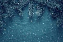Fondo del saludo de la Feliz Navidad y de la Feliz Año Nuevo con las ramas de árbol de abeto y los juguetes de madera Fotos de archivo libres de regalías