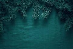 Fondo del saludo de la Feliz Navidad y de la Feliz Año Nuevo con las ramas de árbol de abeto y los juguetes de madera Fotografía de archivo