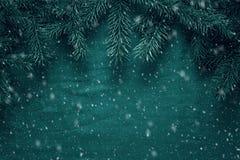 Fondo del saludo de la Feliz Navidad y de la Feliz Año Nuevo con las ramas de árbol de abeto y los juguetes de madera Imagen de archivo