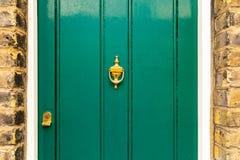 Fondo del sembrare dipinto verde d'annata di scenetta del battitore e della porta fatto di metallo d'ottone d'annata antiquato fotografie stock libere da diritti