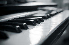 Fondo del teclado de piano del controlador midi fotografía de archivo
