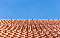 Fondo del tejado de tejas rojas y del cielo azul foto de archivo libre de regalías