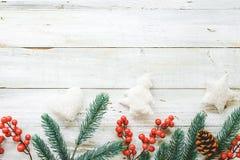 Fondo del tema de la Navidad con el adornamiento de los elementos y del ornamento rústicos en la tabla de madera blanca Fotos de archivo