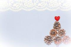 Fondo del tema de la Navidad con los conos del pino Imagen de archivo libre de regalías
