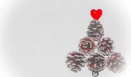 Fondo del tema de la Navidad con los conos del pino Fotografía de archivo libre de regalías