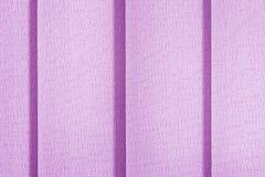 Fondo del tessuto di colore lilla Otturatori, ciechi verticali delle tende immagine stock