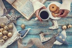 Fondo del tiempo de la Navidad con la decoración, el café y cocinar ninguna Fotos de archivo