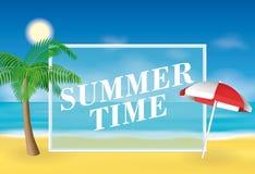 Fondo del tiempo de verano Paraguas de la palmera y de sol en la playa Ejemplo del vector para las banderas y las promociones Fotos de archivo