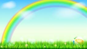 Fondo del verano Arco iris brillante grande sobre campo verde La hierba jugosa, margarita florece, las mariquitas en hierba en el Imagen de archivo libre de regalías