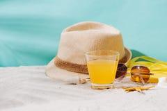 Fondo del verano Chancletas de los accesorios de la playa, gafas de sol, sombrero Fotos de archivo libres de regalías