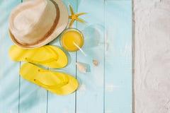 Fondo del verano Chancletas de los accesorios de la playa, gafas de sol, sombrero Imagen de archivo libre de regalías