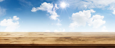 Fondo del verano con el cielo azul Imagenes de archivo
