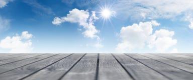 Fondo del verano con el cielo azul Fotos de archivo libres de regalías