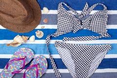 Fondo del verano con el sombrero, chancletas y el traje de baño de paja Visión superior Imagen de archivo libre de regalías